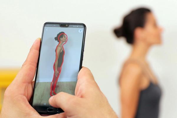 Movil escaneando en 3D a una mujer. Imagen ilustrativa para la tecnologia del escaneado en 3D del cuerpo humano