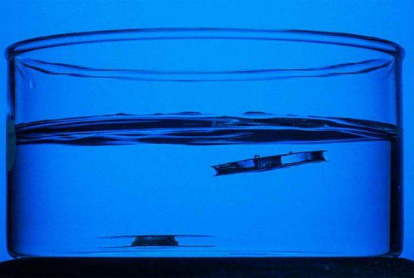 Vaso gigante con agua con estructuras flotantes imposibles de hundir.