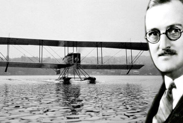 William Edmund Boeing y un avión a su espalda